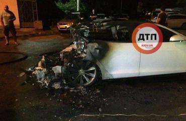 Экс-главе Офиса президента Андрею Богдану сегодня ночью в Киеве сожгли его Tesla