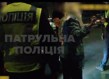 """В Ужгороді п'яна дівчина """"з'їздила"""" патрульній по обличчю так, що у тієї злетіла сережка"""