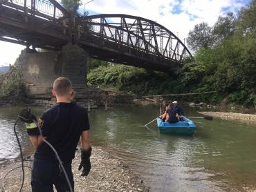 Рятувальники Закарпаття чистили русло річки Тиса від усілякого сміття