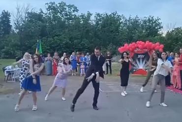 В Полтавской области учитель зажег на выпускном и стал звездой соцсети