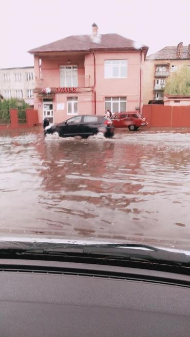 На Венецію перетворилося після жахливою зливи місто Хуст на Закарпатті