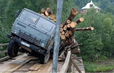 На дорозі в Карпатах не втрималася на мосту вантажівка з деревиною