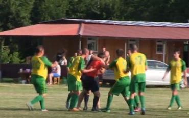 В Закарпатье футбольные болельщики наказали судью прямо на поле