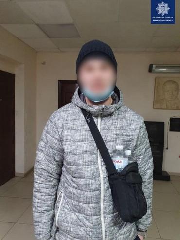 Опасно ходить по улицам: В областном центре Закарпатья поймали вооруженного мужчину