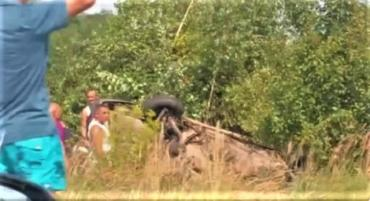 """Авария в Закарпатье: Автомобиль улетел в кювет и """"приземлился"""" на крышу"""