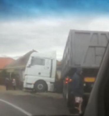 Авария в Закарпатье: Грузовик откинуло в кювет, где расположены частные дома