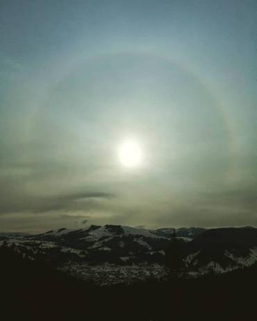 В небе над Карпатами появился нимб вокруг Солнца