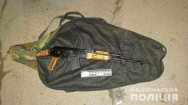 В областном центре Закарпатья полицейские поймали странного пешехода с автоматом Калашникова