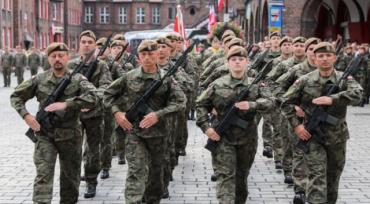 В соцсетях набирает популярность видео, на котором запечатлены марширующие польские солдаты, поющие о завоевании Львова