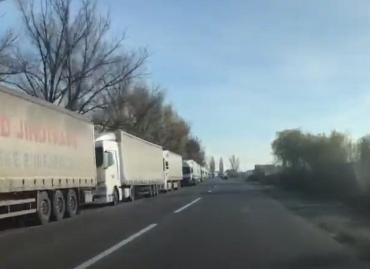 """В Закарпатье на КПП """"Ужгород очередь из камионов растянулась на километры"""
