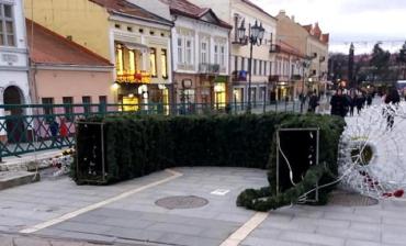 Пронесло: В Ужгороде новогодняя арка за полмиллиона гривен упала, чуть не травмировав прохожих