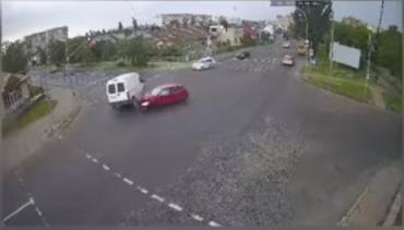 Мощное ДТП в Ужгороде: Столкновение успела снять камера видеонаблюдения