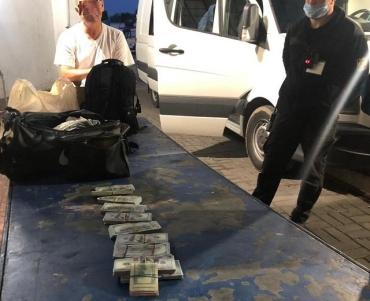 Не повезло: Контрабандную валюту и гаджеты обнаружили пограничники на пункте пропуска Краковец (ФОТО)