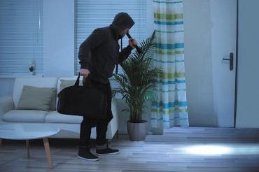 В Закарпатье обнаглевшие подростки грабили дом, пока хозяйка спала