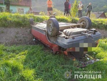 В Закарпатье подростки решили покататься на чужом ВАЗе, результат - авто на крыше