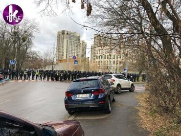 Перфоманс возле посольства США в Киеве