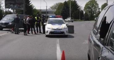 Ни царапины: На въезде в Мукачево пьяный велосипедист влетел в легковушку и остался цел