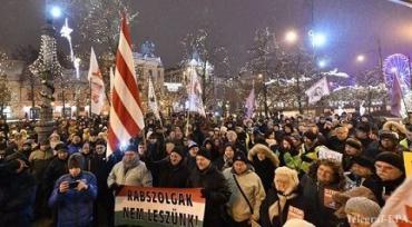 Протестующие в Будапеште недовольны принятым, коррупционной властью законом