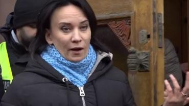 Под стенами ГБР в прямом эфире Звиробий обматерила журналиста за сравнение себя с Савченко