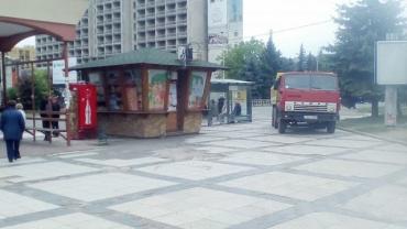 """Ужгородцы, будьте осторожны!: На стройке возле универмага """"Украина"""" агрессивные водители"""