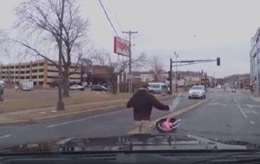 Маленькая девочка выпала из авто на большой скорости и не пострадала