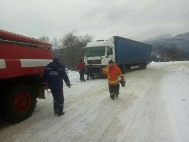 Снег и гололедица добавили работы спасателям в Закарпатье (ФОТО)