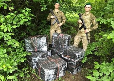 За 50 метров до границы с Румынией контрабандисты выкинули 6 тюков с табаком