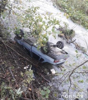В Закарпатье пьяный водитель устроил аварию: ВАЗ на крыше заехал в реку