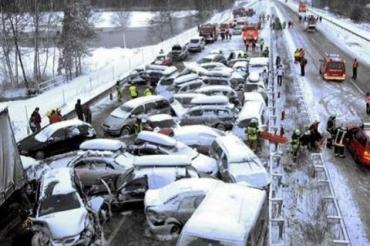 Появились кадры крупного ДТП в Америке: из-за сильного снегопада столкнулось полсотни авто