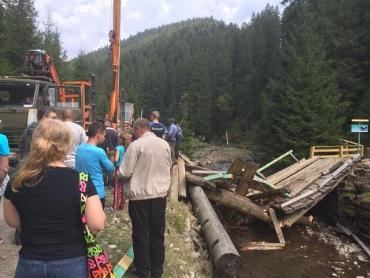 В Закарпатье обвалился мост, который ведет к озеру Синевир