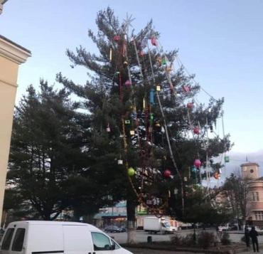 """""""Такого кошмара еще не видела"""": народ прикалывается над главной елкой Свалявы"""