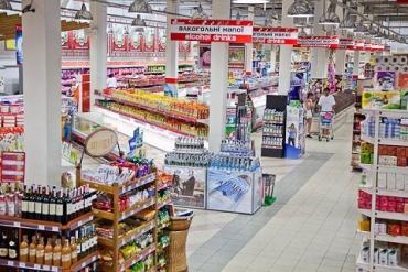 Люди в Ужгороде штурмуюют супермаркет