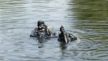 На Закарпатье больше суток водолазы прочесывают дно пруда в поисках трупа