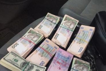 Четверть миллиона: Руководитель Облавтодора в Закарпатье оказался тем еще взяточником