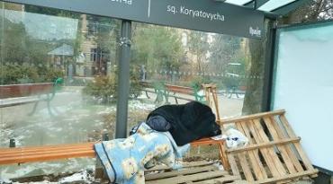 В Ужгороде бомжи выживают как могут