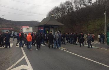"""Протестующие """"евробляхеры"""" перекрыли перевалы в Закарпатье"""