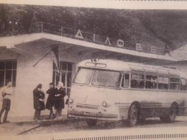 Как выглядела автобусная остановка в Закарпатье десятки лет назад
