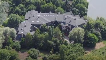 У третьего президента Украины есть роскошный особняк под Киевом в поселке Новые Безрадичи.