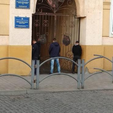 В Закарпатье сфотографировали троих полоумных хулиганов, справляющих нужду на школу