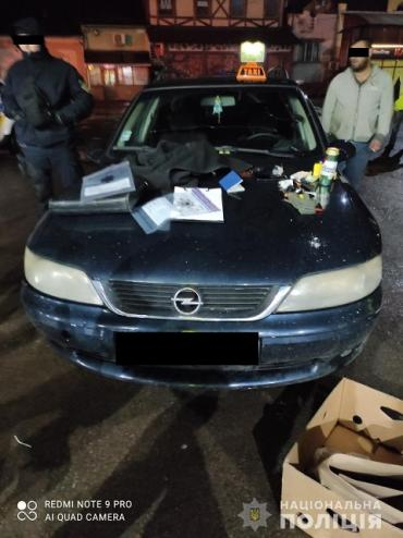 """""""Работают"""" внаглую: Таксист из Ужгорода среди бела дня ограбил пассажира"""