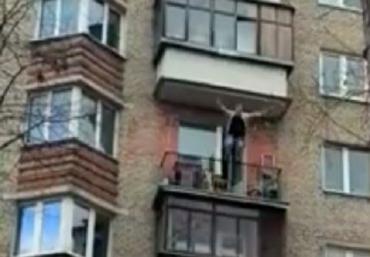 Мороз по коже: В Харькове молодой парень на глазах у прохожих выбросился с балкона