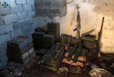 Рекордный схрон с оружием и боеприпасами одного из добробатов обнаружили на Донбассе (ФОТО)
