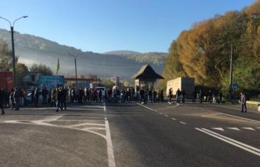 Закарпаття. Водії-протестувальники перекрили рух на трасі міжнародного значення