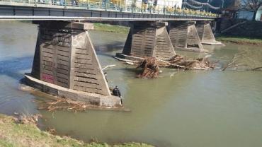 Спасатели расчищали в Ужгороде опоры пешеходного моста