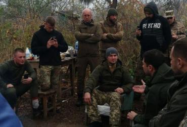 Зеленский в Золотом потребовал от ветеранов АТО сдать оружие