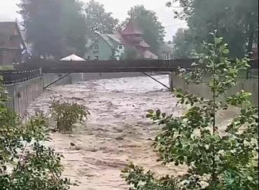 В Закарпатье значительно поднялся уровень воды в реках, начались подтопления: Пользователи соцсети выкладывают впечатляющие видео
