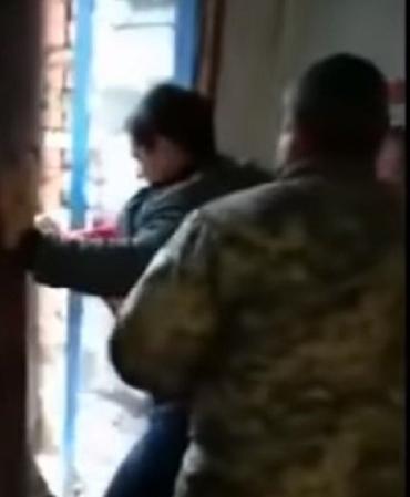 Парень сопротивлялся, кричал и просил вызвать полицию: Работники военкомата пришли в отделение «Новой почты» за призывником