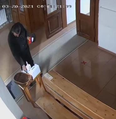 В Закарпатье верующий грабитель обчистил церковь: Видео опубликовали в сети