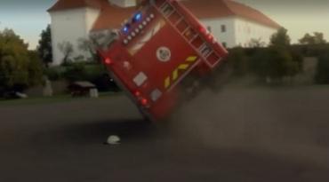 Все пошло не так: На показательных выступлениях в Венгрии машина пожарников перевернулась