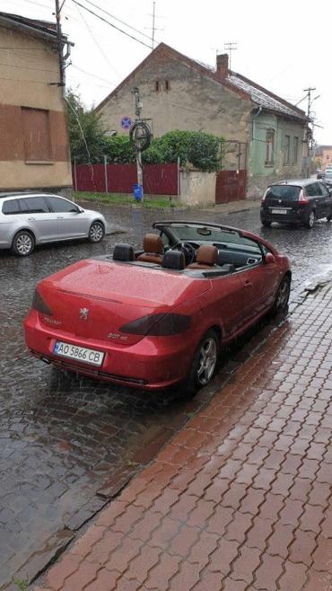 В Закарпатье неравнодушные жители ищут владельца кабриолета